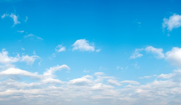 Bonito paisaje con nubes Foto gratis
