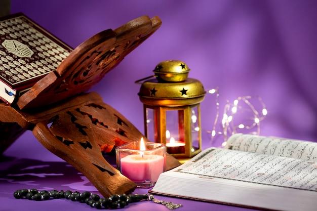 Book stand para libros árabes espirituales Foto gratis