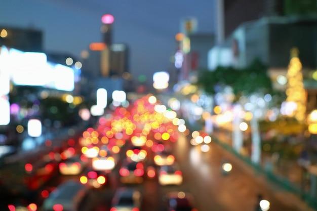 Borrosa de atasco de tráfico en la ciudad con el cielo crepuscular y la iluminación del edificio. Foto Premium