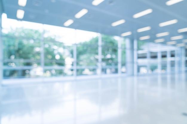 Borrosa resumen de antecedentes vista interior mirando hacia fuera a vacío vestíbulo de la oficina y las puertas de entrada y la pared de cortina de vidrio con marco Foto gratis