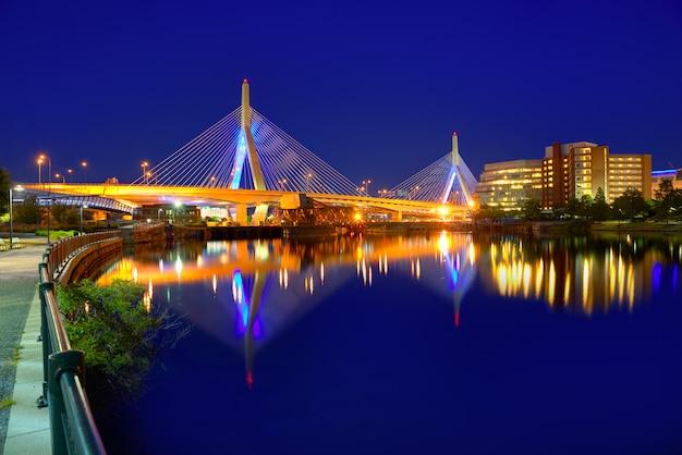 Boston zakim puente atardecer en massachusetts Foto Premium