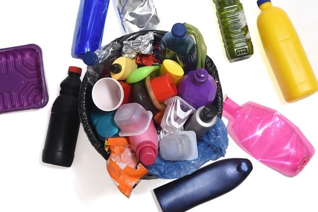 Bote de basura lleno de plásticos como botellas, bolsas ... Foto Premium