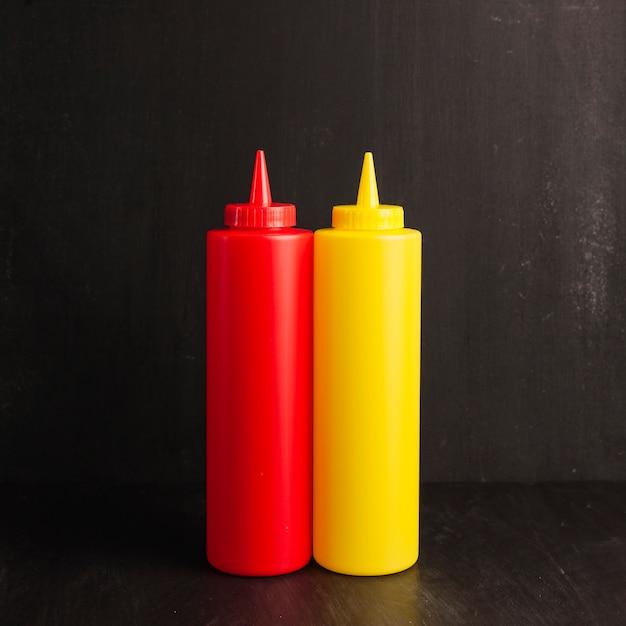 Bote de ketchup y mostaza Foto gratis