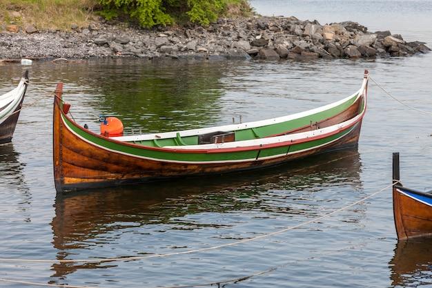 Bote pequeño en agua clara Foto gratis