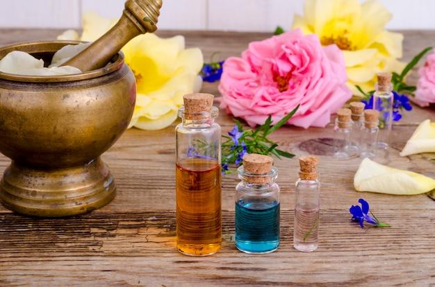 Botella de aceite esencial para aromaterapia con flores frescas de ...