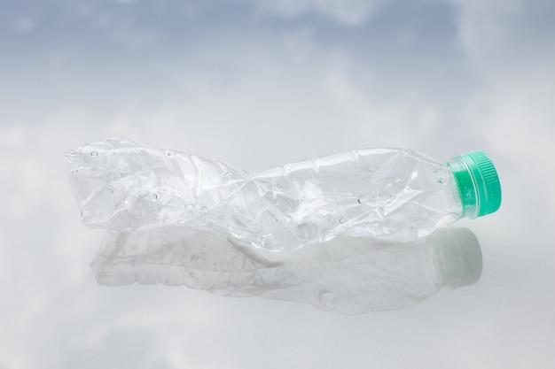 Botella de agua de plástico en el piso Foto Premium