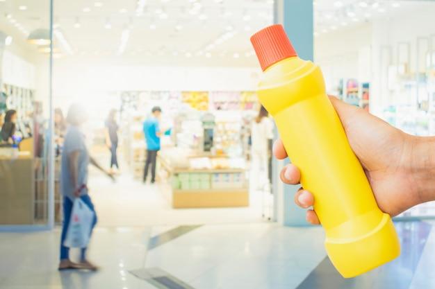 Botella amarilla para el personal de limpieza en el hogar fondo borroso metáfora para la limpieza deshágase de los gérmenes en el baño Foto Premium