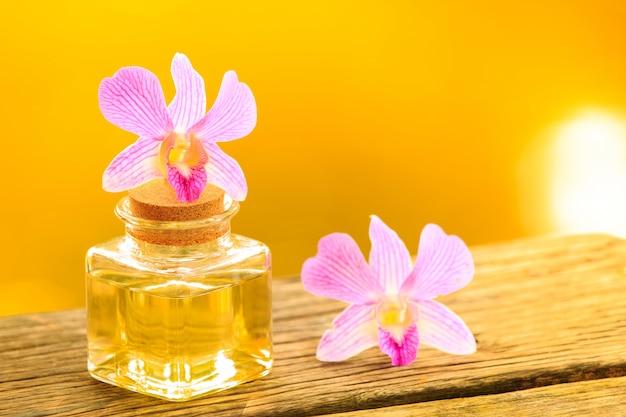 Botella de aroma de aceite esencial o spa en mesa de madera, Foto Premium