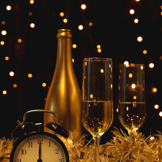 Botella con champagne preparada para año nuevo Foto gratis