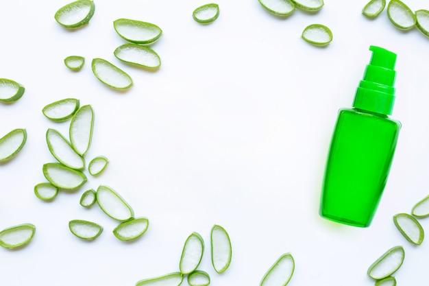Botella de productos para spa o cuidado de la piel cosmética aloe vera gel sobre fondo blanco. Foto Premium