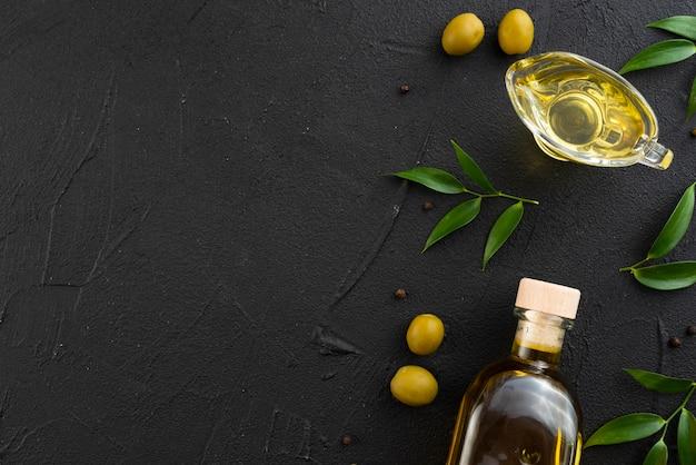 Botella y vaso de aceite de oliva con espacio de copia Foto gratis