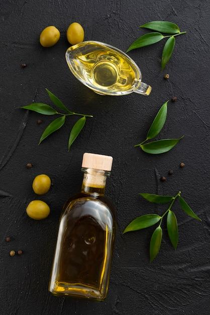 Botella y vaso llenos de aceite de oliva. Foto gratis