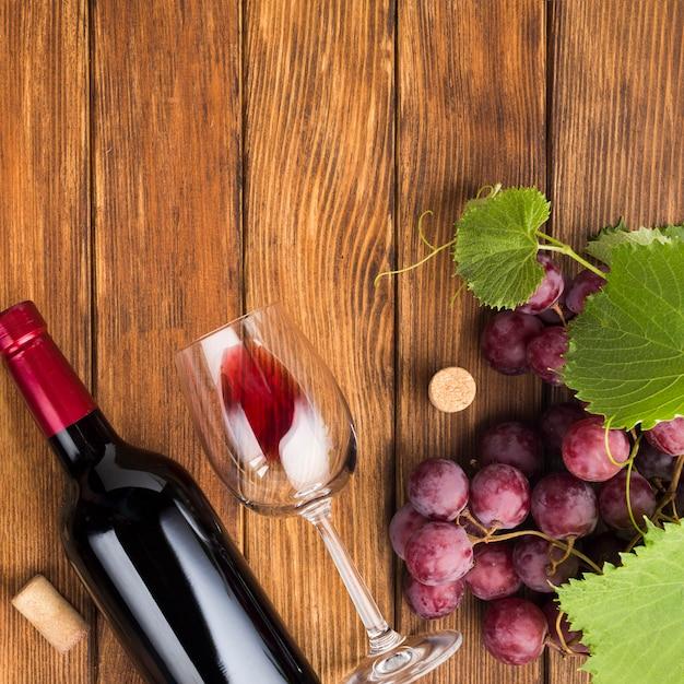 Botella y vaso de vino tinto. Foto gratis