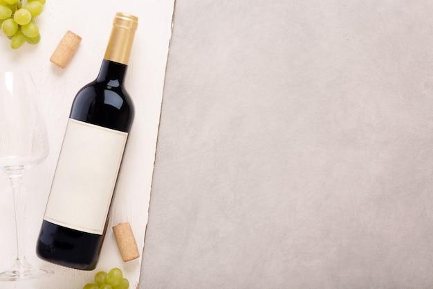 Botella de vino blanco con etiqueta. copa de vino y corcho. maqueta de botella de vino. Foto Premium