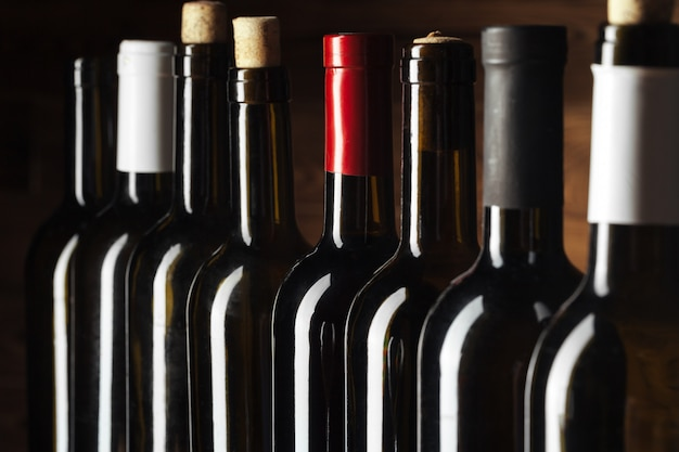 Botella de vino sobre madera Foto Premium