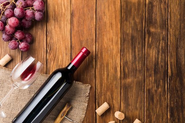Botella de vino tinto y uvas. Foto gratis