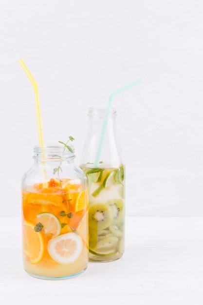 Botellas de bebida de frutas en la mesa Foto gratis