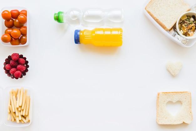 Botellas cerca de comida saludable Foto gratis