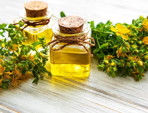 Botellas con extracto de hierba de san juan Foto Premium