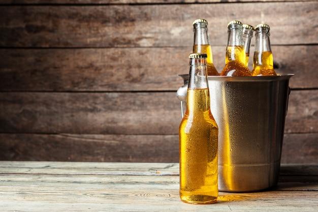 Botellas frías de cerveza en el cubo Foto Premium