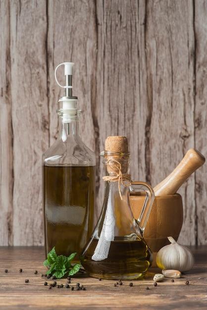 Botellas de primer plano de aceite de oliva orgánico. Foto gratis