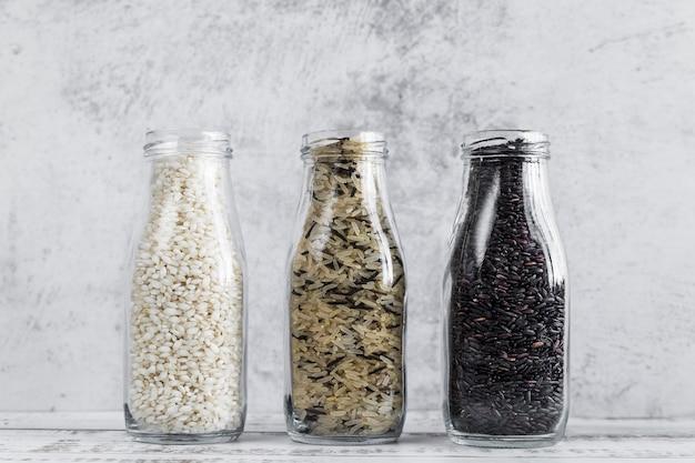 Botellas con varios tipos de arroz. Foto gratis