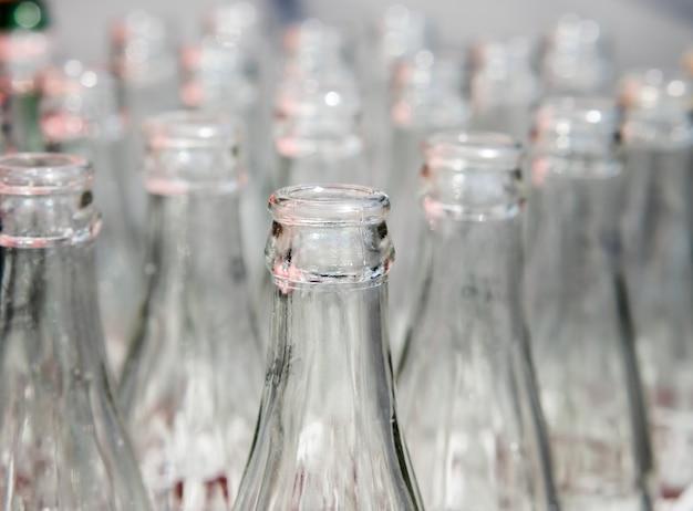 Botellas de vidrio usadas. Foto Premium