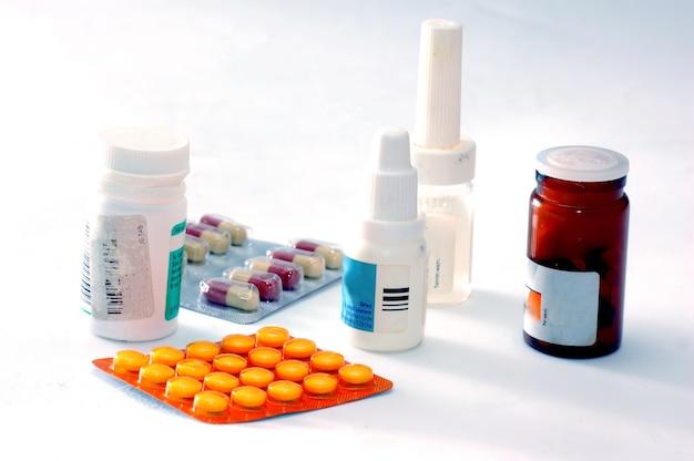 Botes de medicina y pastillas Foto gratis