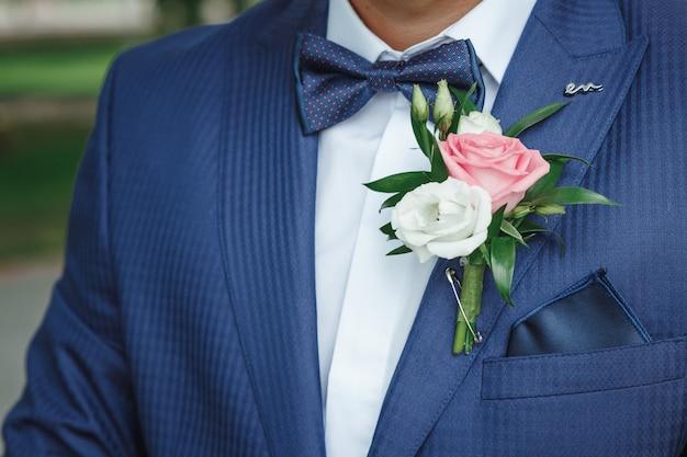 Boutonniere para el novio. matrimonio, relaciones familiares, parafernalia de bodas. Foto Premium