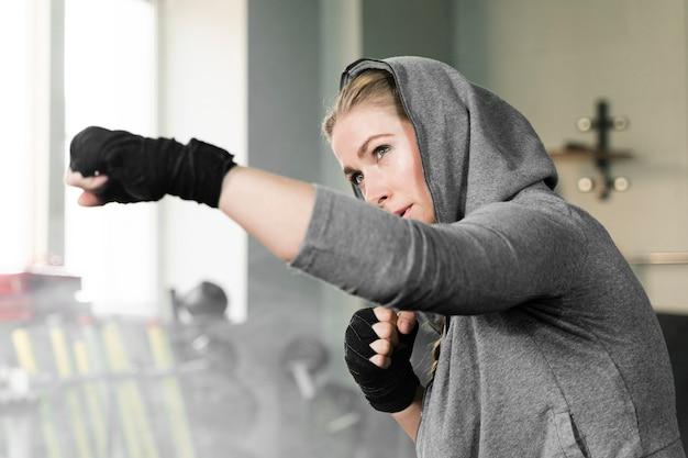 Boxeadora entrenando sola para una nueva competencia Foto gratis