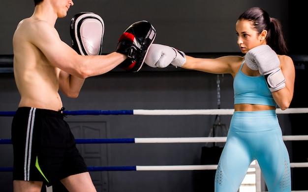 Boxeadores posando en el gimnasio Foto gratis