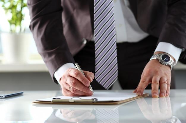 Brazo masculino en forma de traje y corbata recortado a la almohadilla Foto Premium