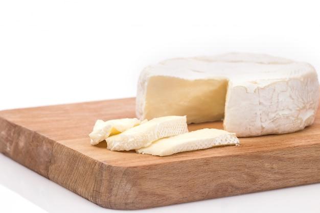 Brie cremoso sobre fondo de madera rústica, vista superior Foto gratis