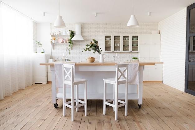 Brillante acogedora cocina moderna con isla Foto gratis