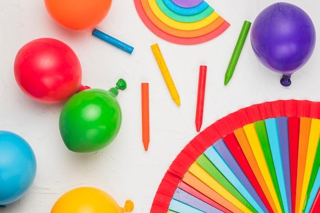 Brillante composición de globos lápices como símbolos lgbt. Foto gratis