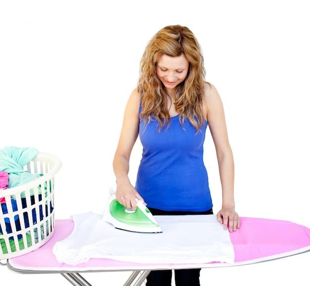 Qué estará haciendo ahora...? - Página 5 Brillante-mujer-planchando-su-ropa-tabla-planchar_13339-63912