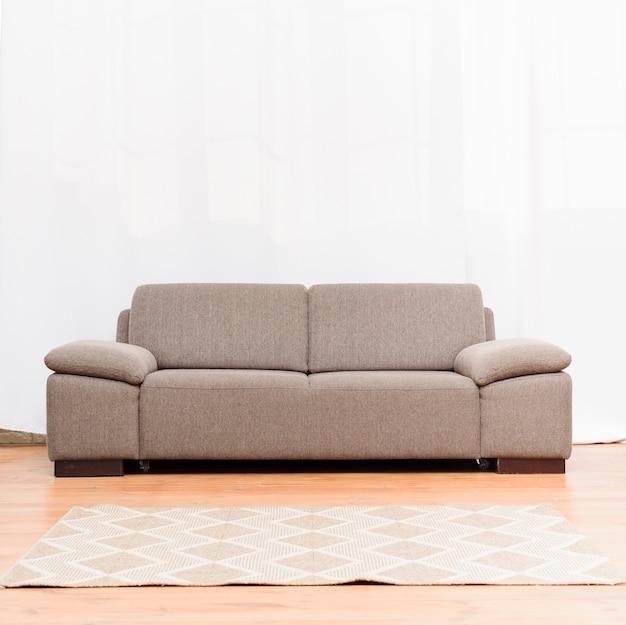 Brillante salón minimalista con cómodo sofá. Foto gratis