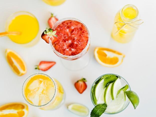 Brillantes bebidas de verano con frutas jugosas. Foto gratis
