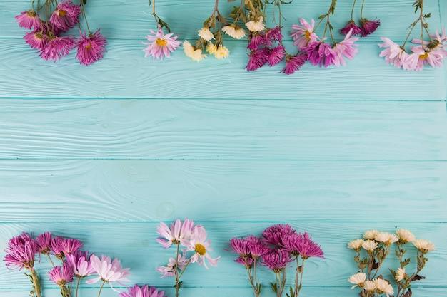 Brillantes flores esparcidas sobre mesa. Foto gratis