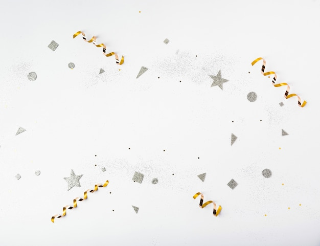 Brillos y cintas doradas y plateadas para la fiesta de año nuevo Foto gratis