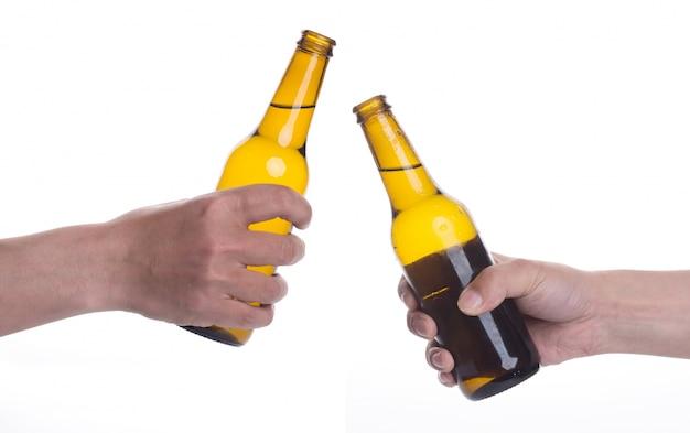 Brindando con dos cervezas Foto gratis