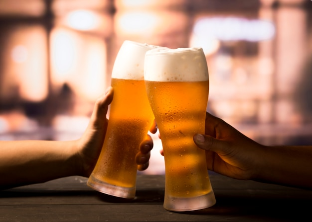 Brindis con cerveza Foto gratis