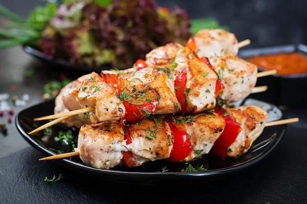 Brochetas de pollo con rodajas de pimientos y eneldo. comida sabrosa. comida de fin de semana Foto gratis