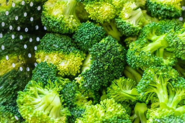 Brócoli crudo fresco en un tazón Foto gratis