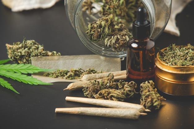 Brotes de marihuana con articulaciones de marihuana y aceite de cannabis Foto gratis