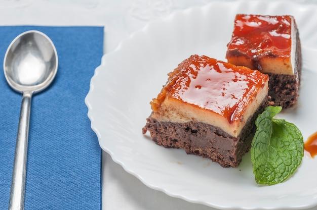 Brownie en un plato blanco Foto Premium