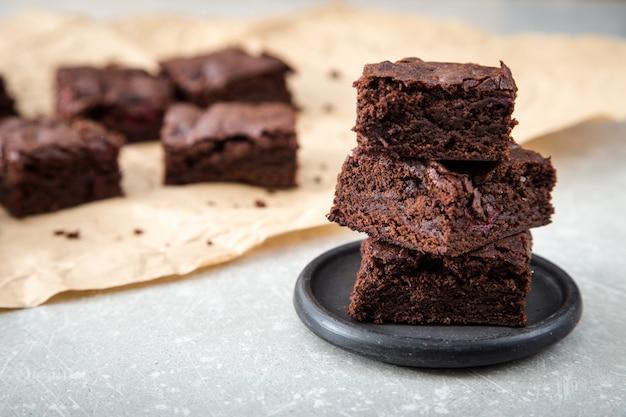 Brownies de chocolate deliciosos hechos en casa. primer pastel de chocolate Foto Premium