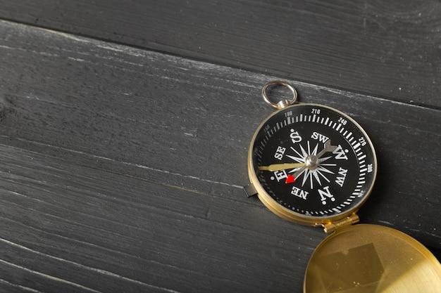 Brújula en el fondo de la mesa de madera Foto Premium