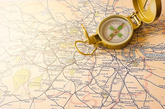 Brújula y mapa de inglaterra de cerca Foto gratis