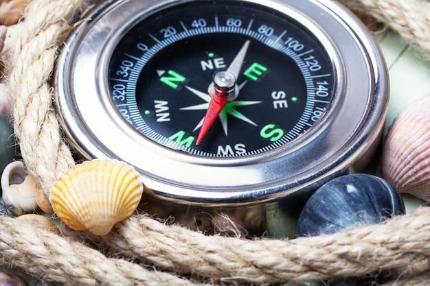 Brújula de mar y conchas marinas Foto Premium